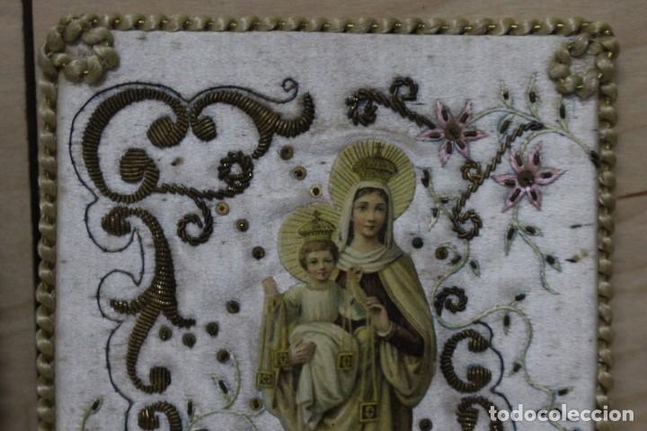 Antigüedades: Pareja de escapularios del siglo XIX. seda y bordados en hilo de oro , imágenes con troquelado - Foto 5 - 157813130