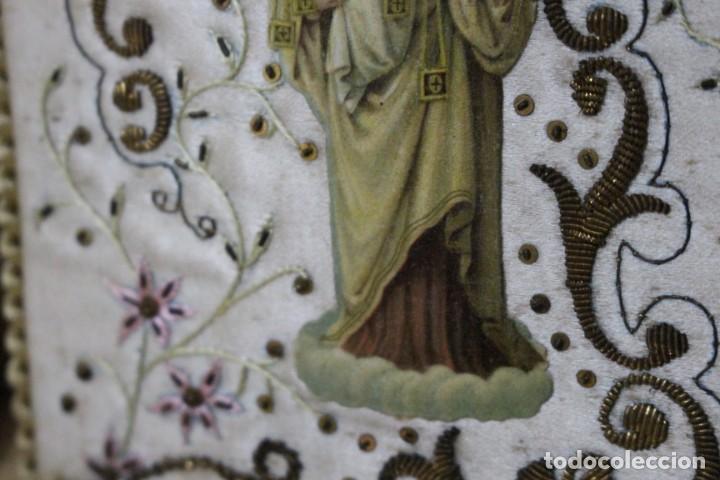 Antigüedades: Pareja de escapularios del siglo XIX. seda y bordados en hilo de oro , imágenes con troquelado - Foto 8 - 157813130