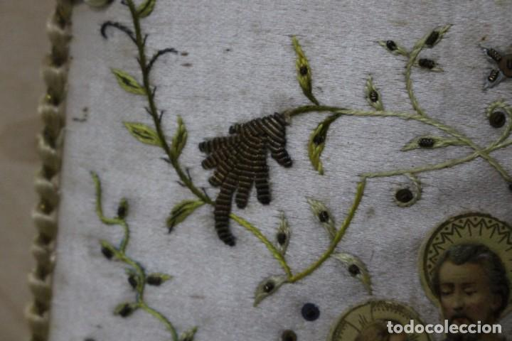 Antigüedades: Pareja de escapularios del siglo XIX. seda y bordados en hilo de oro , imágenes con troquelado - Foto 11 - 157813130