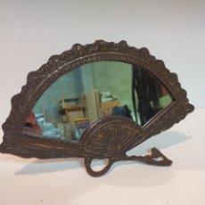 Antiquités: ANTIGUO ESPEJO DE BRONCE EN FORMA DE ABANICO, ESPEJO DE TOCADOR O SOBRE MESA.. Lote 157860189