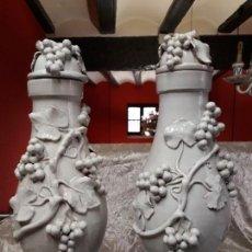 Antigüedades: DOS JARRONES LÁMPARAS DECORATIVOS Y ORNAMENTALES DEL SIGLO XX. Lote 157905858