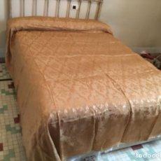 Antigüedades: COLCHA ISABELINA BROCADO EN SEDA ,232 DE LARGO X 220 DE ANCHO. Lote 157909178