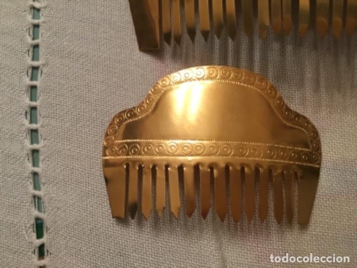 Antigüedades: Antiguas peinetas cinceladas artesanalmente sobre laton - Foto 2 - 157925766