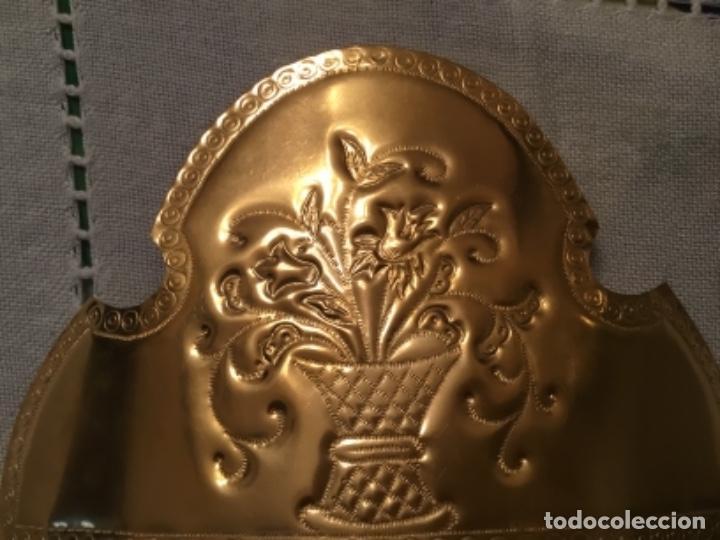 Antigüedades: Antiguas peinetas cinceladas artesanalmente sobre laton - Foto 3 - 157925766