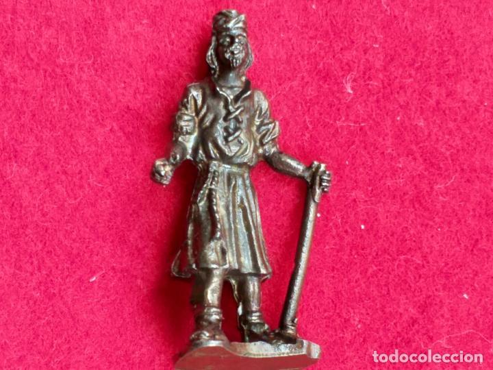 MINIATURA. REY MAGO CON BASTÓN DE MANDO. METAL, BRONCE. 4 CM DE ALTURA. (Antigüedades - Hogar y Decoración - Figuras Antiguas)