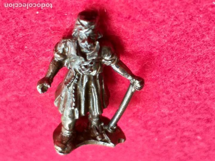 Antigüedades: Miniatura. Rey mago con bastón de mando. Metal, bronce. 4 cm de altura. - Foto 4 - 157997102