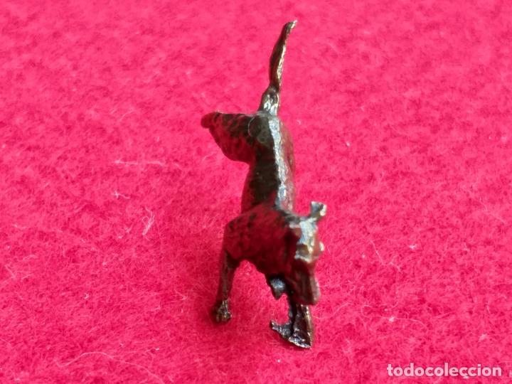 Antigüedades: Miniatura. Figura antigua de perro en metal. Altura 1,5 cm. - Foto 4 - 157999502