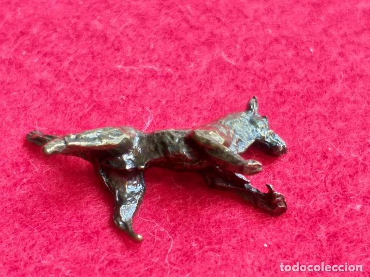 Antigüedades: Miniatura. Figura antigua de perro en metal. Altura 1,5 cm. - Foto 6 - 157999502