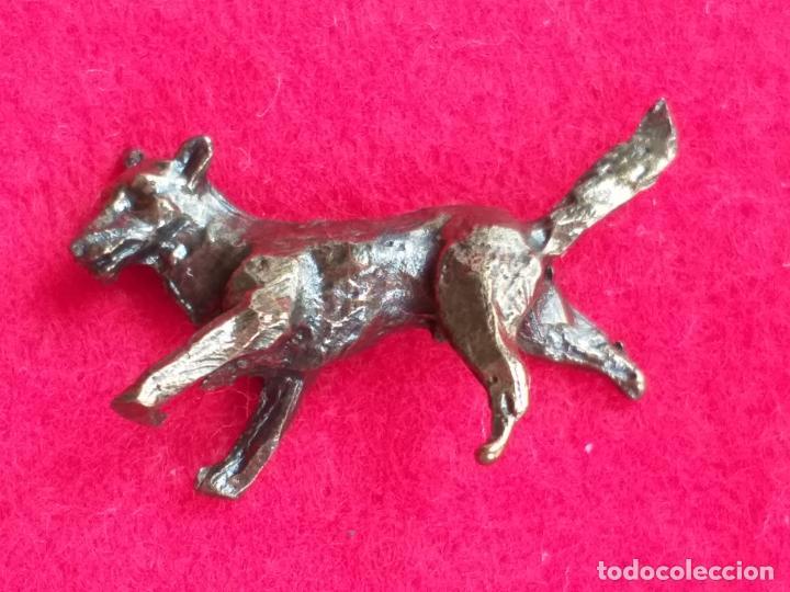 Antigüedades: Miniatura. Figura antigua de perro en metal. Altura 1,5 cm. - Foto 8 - 157999502