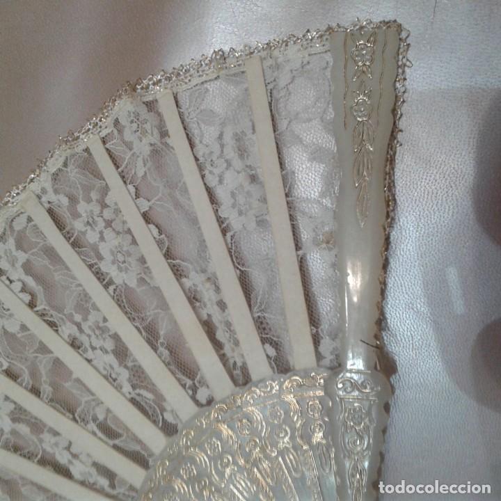 Antigüedades: Antiguo abanico años 70 con pais encaje blanco y ribetes dorados - Foto 3 - 158135550