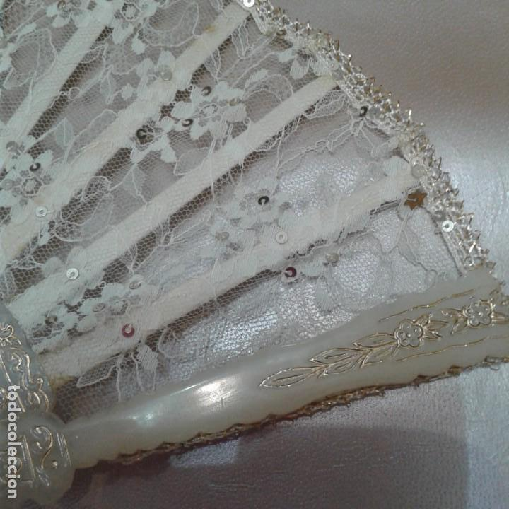 Antigüedades: Antiguo abanico años 70 con pais encaje blanco y ribetes dorados - Foto 8 - 158135550