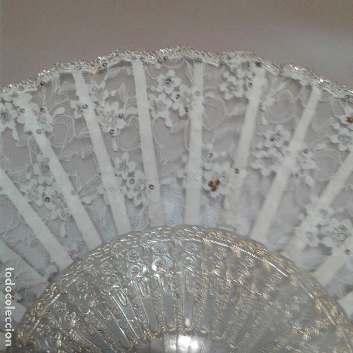 Antigüedades: Antiguo abanico años 70 con pais encaje blanco y ribetes dorados - Foto 9 - 158135550