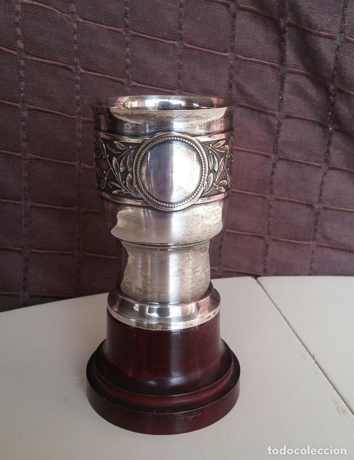 COPA DE METAL BLANCO CON PEANA DE MADERA (Antigüedades - Hogar y Decoración - Copas Antiguas)
