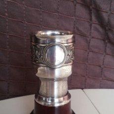 Antigüedades: COPA DE METAL BLANCO CON PEANA DE MADERA. Lote 158160790