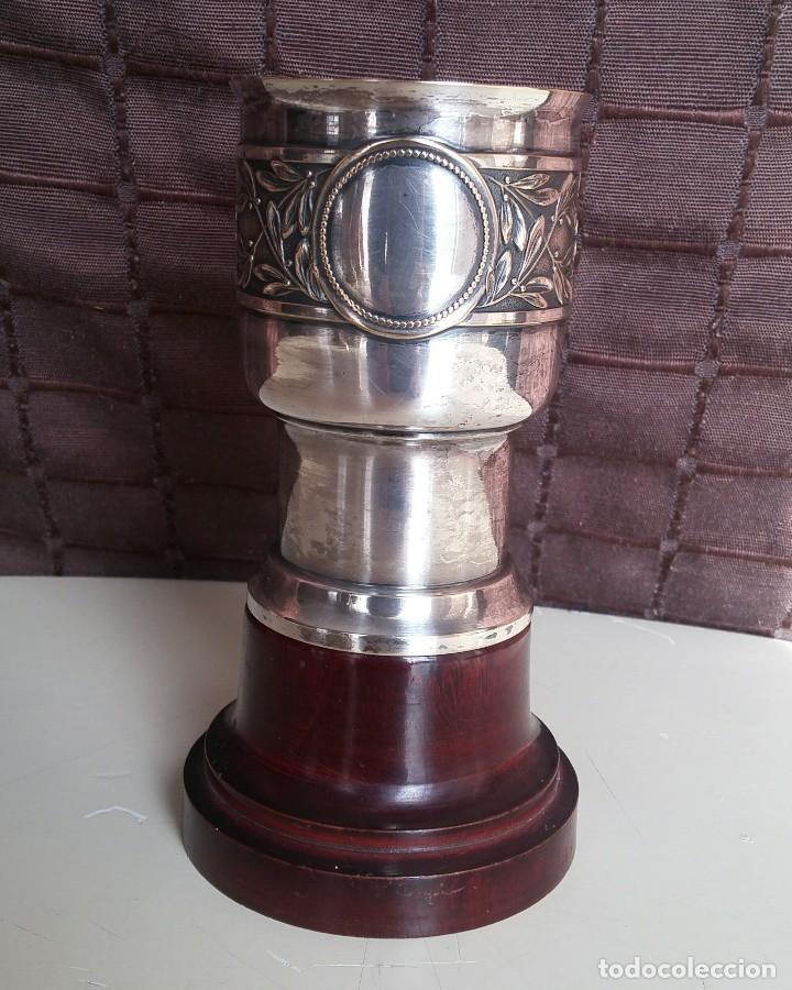 Antigüedades: Copa de metal blanco con peana de madera - Foto 2 - 158160790