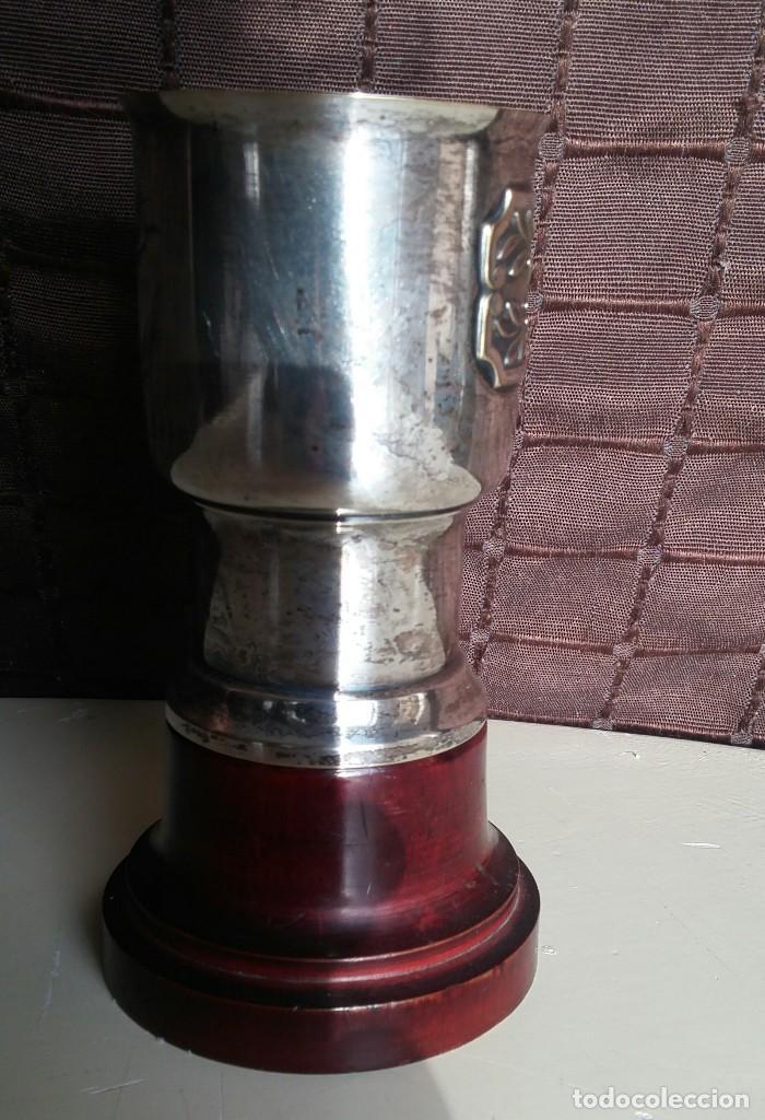 Antigüedades: Copa de metal blanco con peana de madera - Foto 3 - 158160790