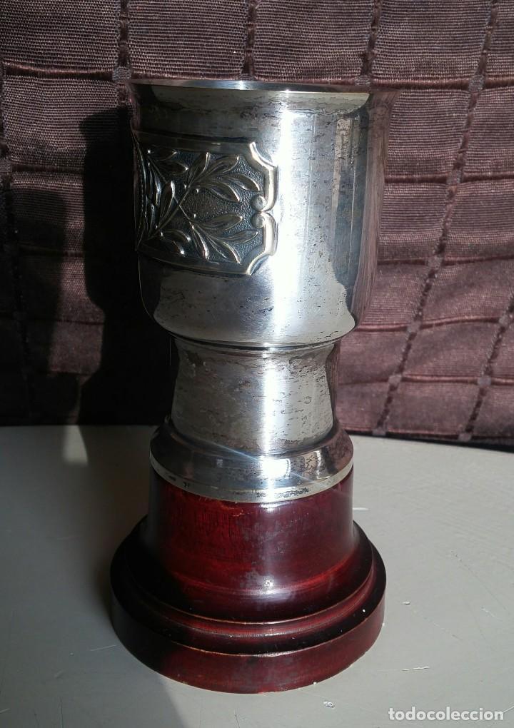 Antigüedades: Copa de metal blanco con peana de madera - Foto 4 - 158160790