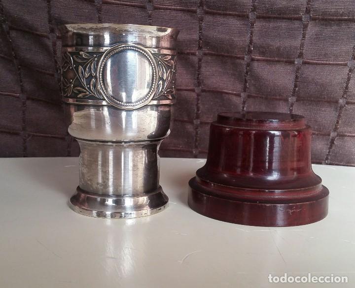 Antigüedades: Copa de metal blanco con peana de madera - Foto 5 - 158160790