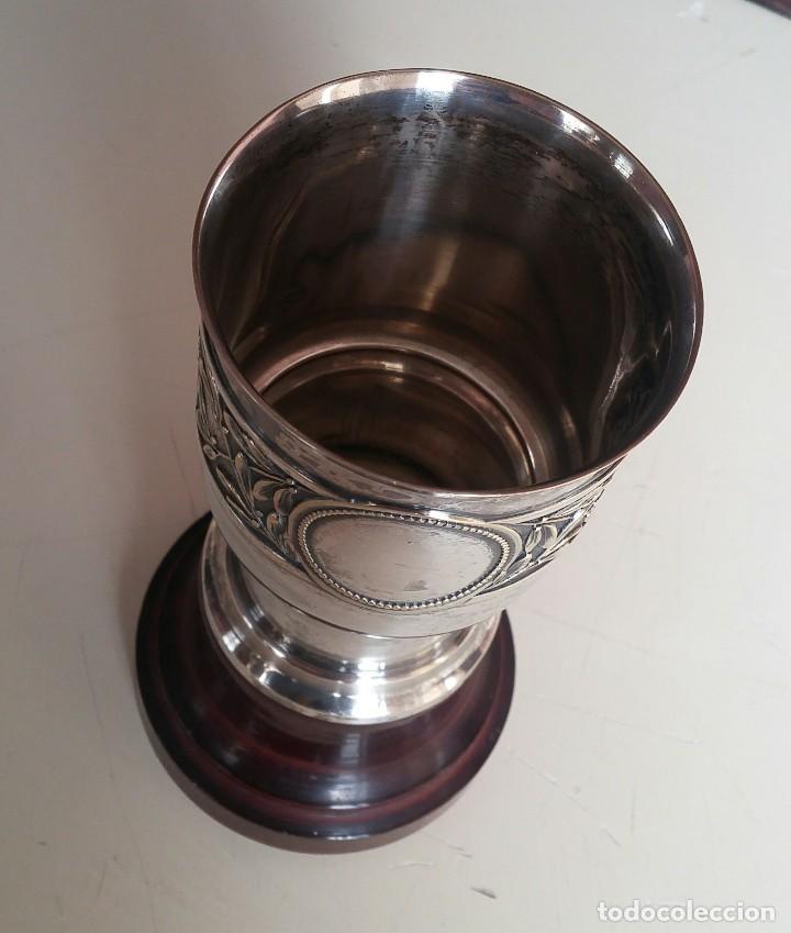 Antigüedades: Copa de metal blanco con peana de madera - Foto 8 - 158160790