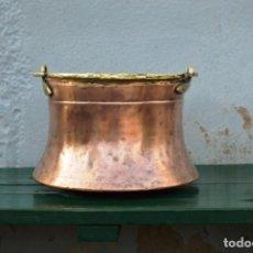 Antigüedades: OLLA DE COBRE DE 37 CM DE BASE, 31 DE BOCA Y 24 DE ALTO CON PARTES DE BRONCE Y DE PESO 3 KGRS. Lote 158168006