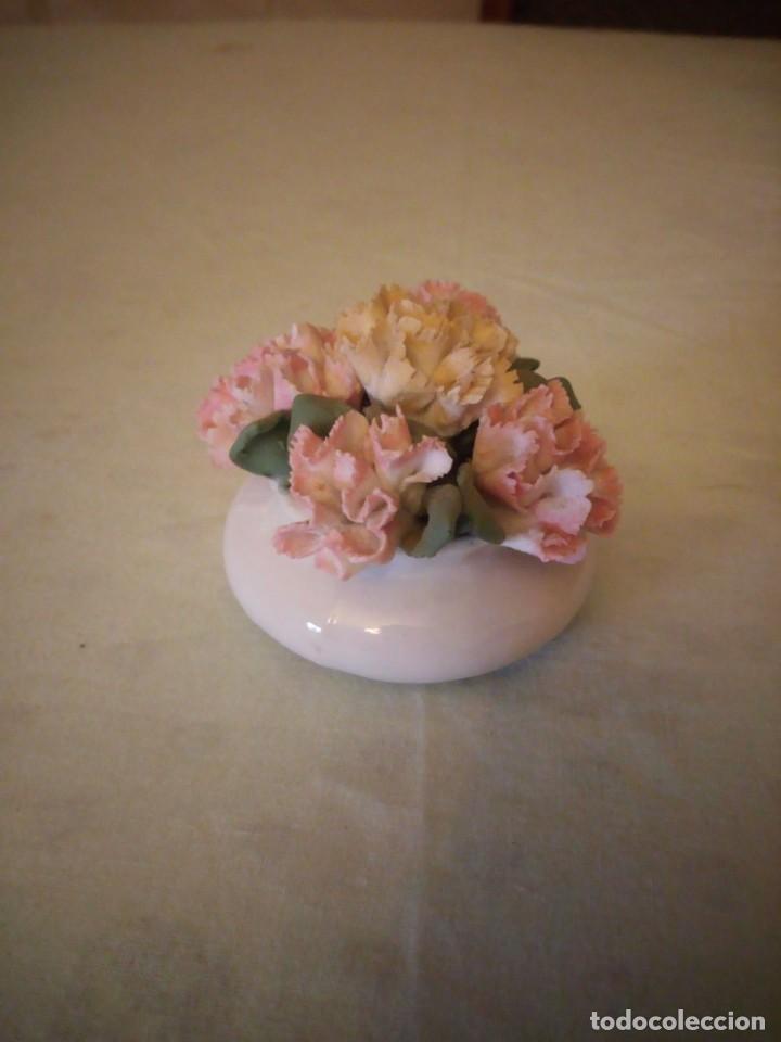 Antigüedades: Precioso florero con claveles de porcelana,no tiene marca. - Foto 2 - 158186162