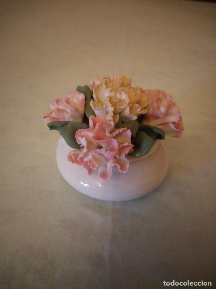 Antigüedades: Precioso florero con claveles de porcelana,no tiene marca. - Foto 3 - 158186162