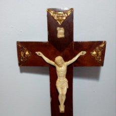 Antigüedades: CRUCIFIJO EN MADERA CON REMATES DORADOS Y CRISTO SÍMIL DE HUESO (AÑOS 60). Lote 158284018