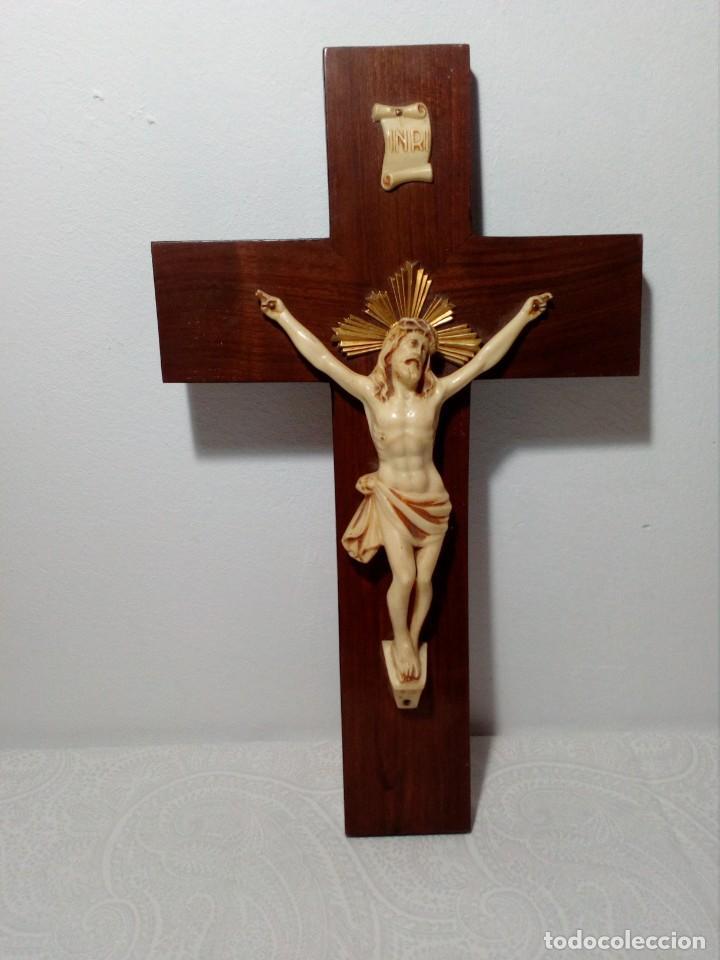 CRUCIFIJO EN MADERA Y CRISTO SÍMIL DE HUESO CON CORONA DORADA (AÑOS 60) (Antigüedades - Religiosas - Crucifijos Antiguos)
