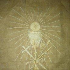 Antigüedades: EXCEPCIONAL MANTEL ANTIGUO DE ALTAR DE ORGANZA BORDADO A MANO. Lote 158339530
