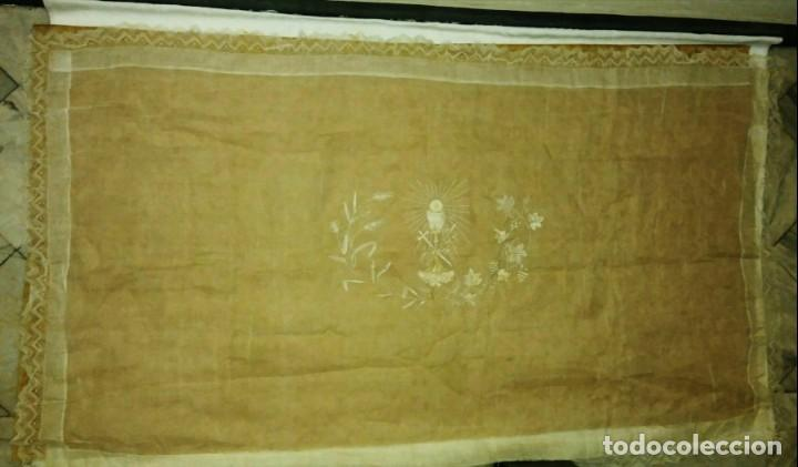 Antigüedades: EXCEPCIONAL MANTEL ANTIGUO DE ALTAR DE ORGANZA BORDADO A MANO - Foto 2 - 158339530