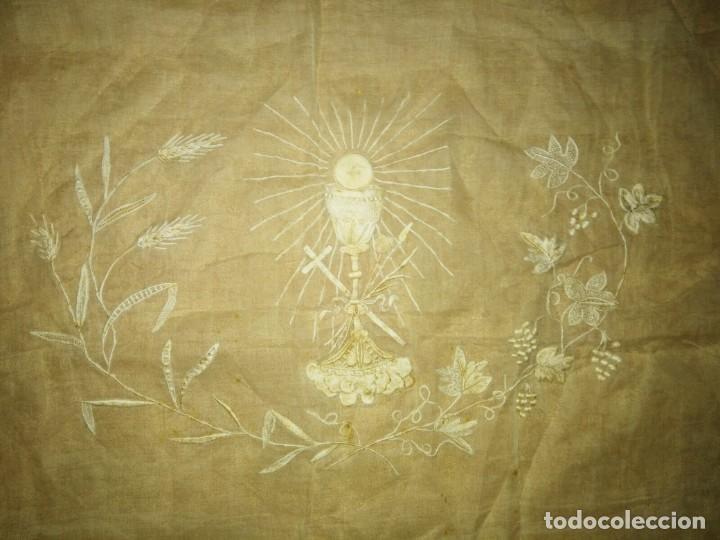 Antigüedades: EXCEPCIONAL MANTEL ANTIGUO DE ALTAR DE ORGANZA BORDADO A MANO - Foto 3 - 158339530
