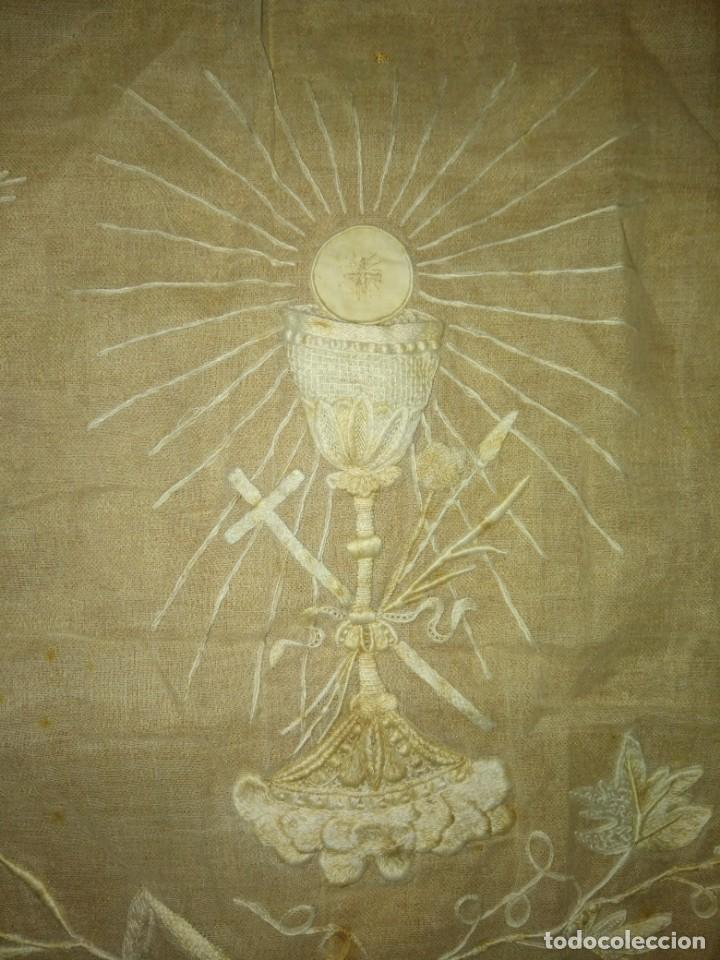 Antigüedades: EXCEPCIONAL MANTEL ANTIGUO DE ALTAR DE ORGANZA BORDADO A MANO - Foto 4 - 158339530