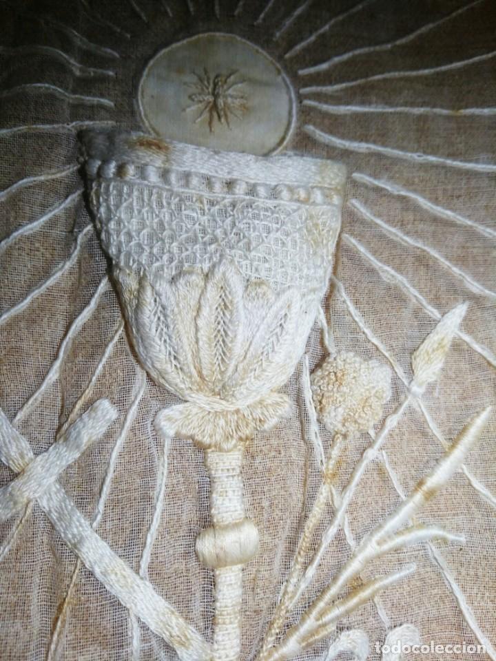 Antigüedades: EXCEPCIONAL MANTEL ANTIGUO DE ALTAR DE ORGANZA BORDADO A MANO - Foto 6 - 158339530