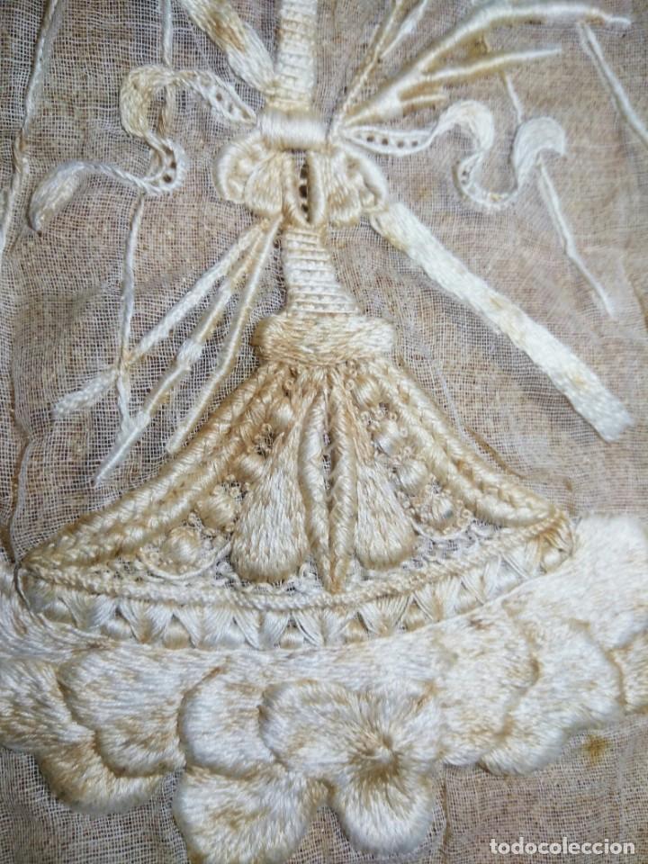 Antigüedades: EXCEPCIONAL MANTEL ANTIGUO DE ALTAR DE ORGANZA BORDADO A MANO - Foto 7 - 158339530