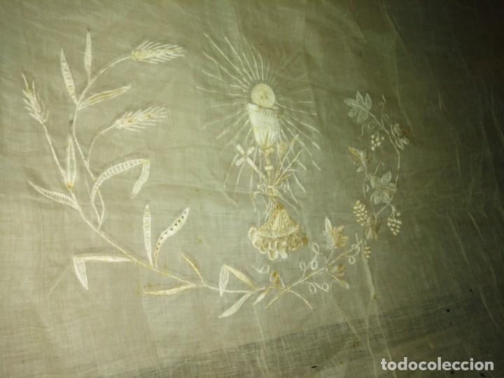 Antigüedades: EXCEPCIONAL MANTEL ANTIGUO DE ALTAR DE ORGANZA BORDADO A MANO - Foto 12 - 158339530