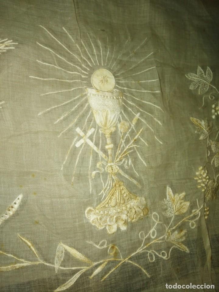Antigüedades: EXCEPCIONAL MANTEL ANTIGUO DE ALTAR DE ORGANZA BORDADO A MANO - Foto 13 - 158339530