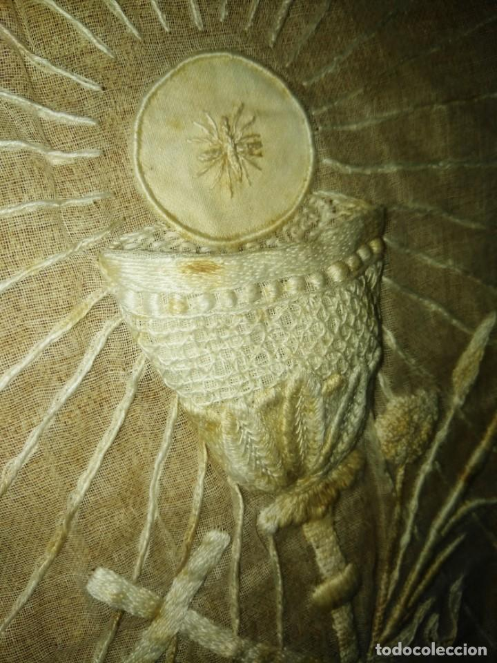Antigüedades: EXCEPCIONAL MANTEL ANTIGUO DE ALTAR DE ORGANZA BORDADO A MANO - Foto 15 - 158339530