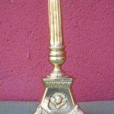 Antigüedades: ANTIGUO CANDELABRO DE IGLESIA DE BRONCE, CON MARCA DEL ORFEBRE. SG XIX. Lote 158498922