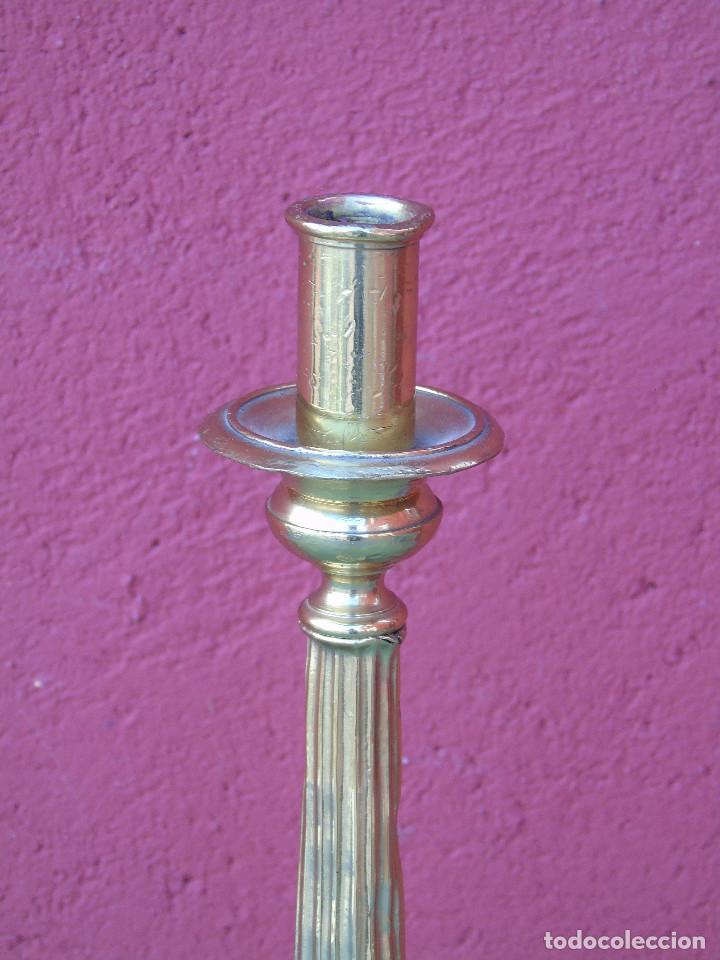 Antigüedades: ANTIGUO CANDELABRO DE IGLESIA DE BRONCE, CON MARCA DEL ORFEBRE. SG XIX - Foto 8 - 158498922