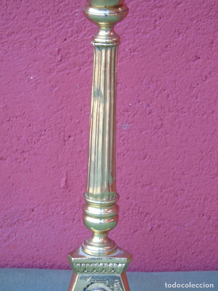 Antigüedades: ANTIGUO CANDELABRO DE IGLESIA DE BRONCE, CON MARCA DEL ORFEBRE. SG XIX - Foto 11 - 158498922