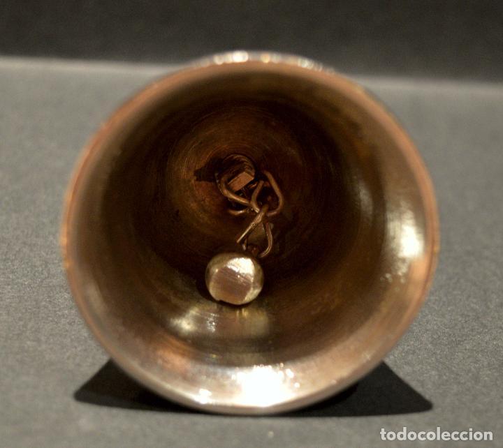 Antigüedades: PEQUEÑA CAPANA LLAMADOR DE MANO EN LATON - Foto 5 - 158540110