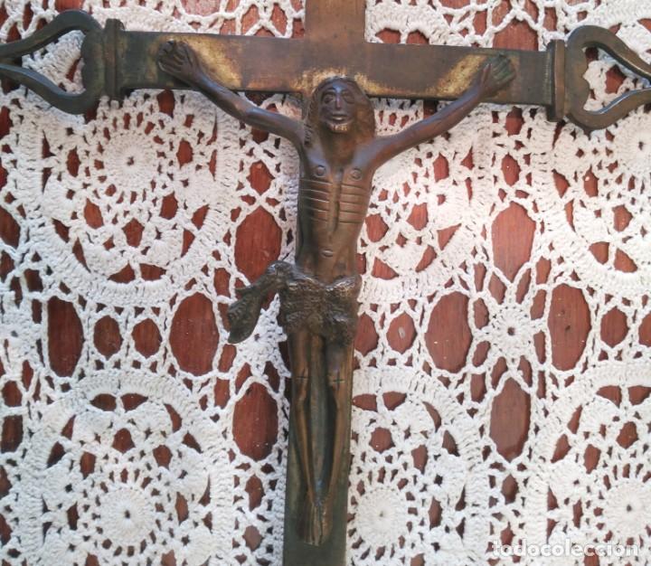Antigüedades: Cruz o Crucifijo antiguo, altar, mesa o procesional, bronce cincelado, siglo XVIII o anterior 46 cm - Foto 5 - 158540790