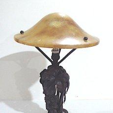 Antigüedades: LAMPARA DE SOBREMESA ART-DECO, HIERRO FORJADO Y TULIPA ALABASTRO. Lote 158550042