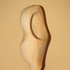 Antigüedades: FIGURA DE ZUECO DE MADERA. MIDE 22 CM.. Lote 158598578