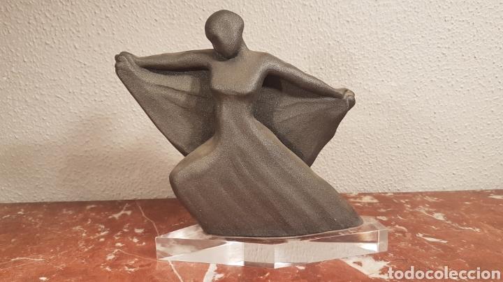 FIGURA BAILARINA DE CERAMICA VIDRIADA GRIS CON BASE DE METACRILATO (Antigüedades - Porcelanas y Cerámicas - Otras)