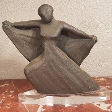 Antigüedades: FIGURA BAILARINA DE CERAMICA VIDRIADA GRIS CON BASE DE METACRILATO. Lote 158617685