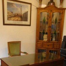 Antiquités: ESCRITORIO DESPACHO CLÁSICO TONO CAOBA CON TAPIZ VERDE GRABADO EN ORO. CRISTAL PROTECTOR BISELADO. Lote 158687702