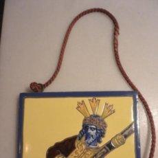 Antigüedades: IMPORTANTE AZULEJO SEVILLANO DE TRIANA. CRISTO DEL GRAN PODER. Vª MENSAQUE. SEVILLA. AÑOS 20. Lote 158697002