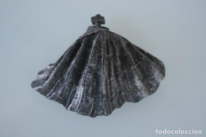 Antigüedades: ANTIGUA BENDITERA FORMA DE CONCHA POSIBLEMENTE DE ESTAÑO PREPARADA PARA COLGAR - Foto 2 - 158716018