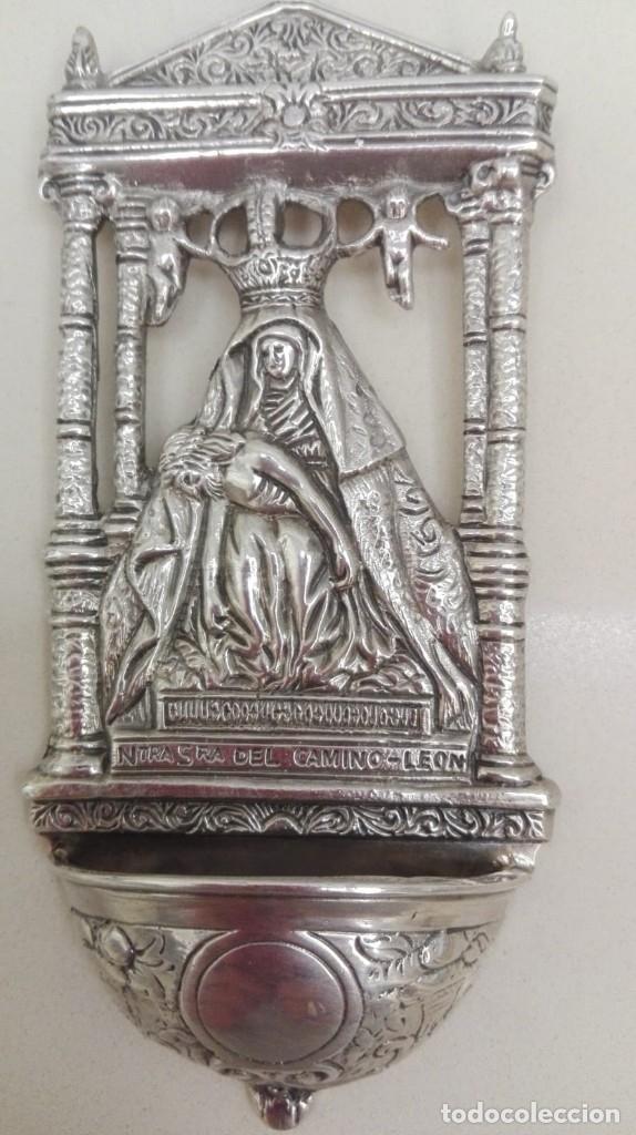 Antigüedades: Antigua benditera labrada de plata ,Nuestra Señora del Camino.marco de madera tallada. Peso 86 grs. - Foto 2 - 130488062